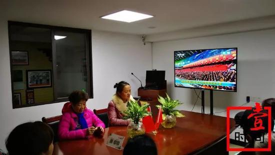 社区居民聚在一起收看大庆直播