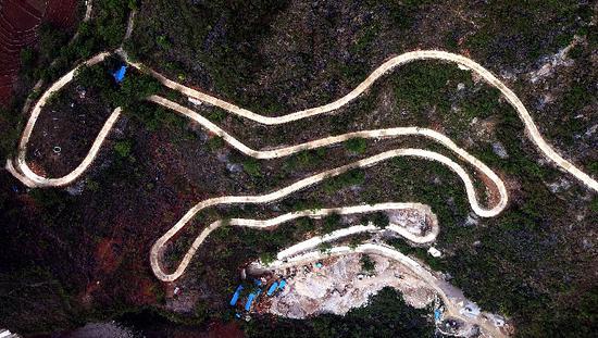 """这是3月30日在广西凌云县拍摄到的一段""""龙拐路""""(无人机航拍)。新华社发"""