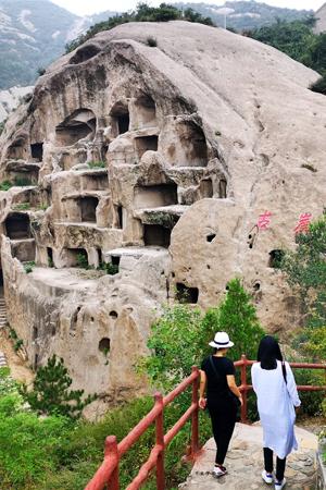 探秘北京郊区神奇的悬崖洞穴