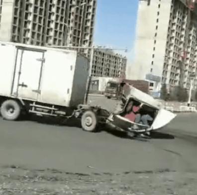 """香坊两车相撞,失控厢货原地""""自转"""",车上还有两人…"""