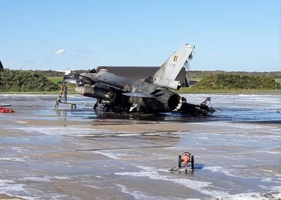 比利时F16战机在基地爆炸被烧成废铁!