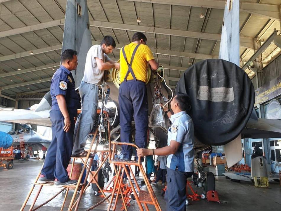 浓浓作坊风!印尼空军在俄专家指导下维护苏-30MK2