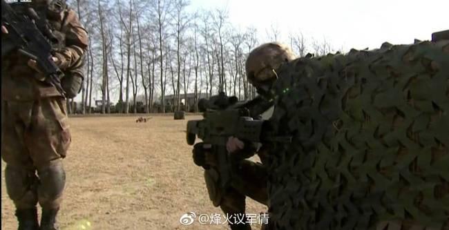 解放军特战部队的战士现场展示新型步枪系统的指挥功能,它可以与指