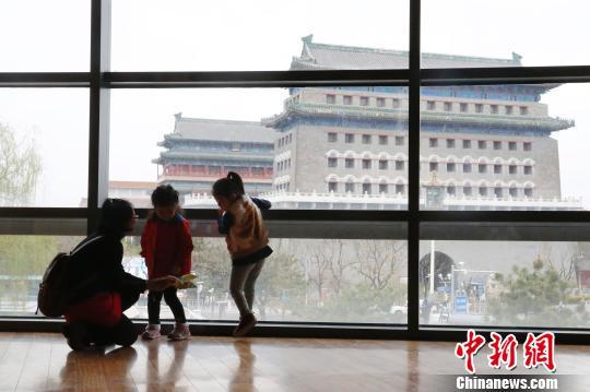北京核心区书香飘飘。Pageone书店位于北京西城区,景致极佳,可远眺正阳门,近观老胡同。 韩海丹 摄