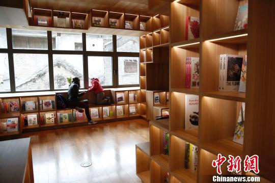 """传承古都文化,打造新地标成为老街区的新使命。2018年1月,近3000平米的Pageone书店在""""北京坊""""正式开业,24小时的阅读馆为这里注入了新的活力。图为Pageone书店。 韩海丹 摄"""