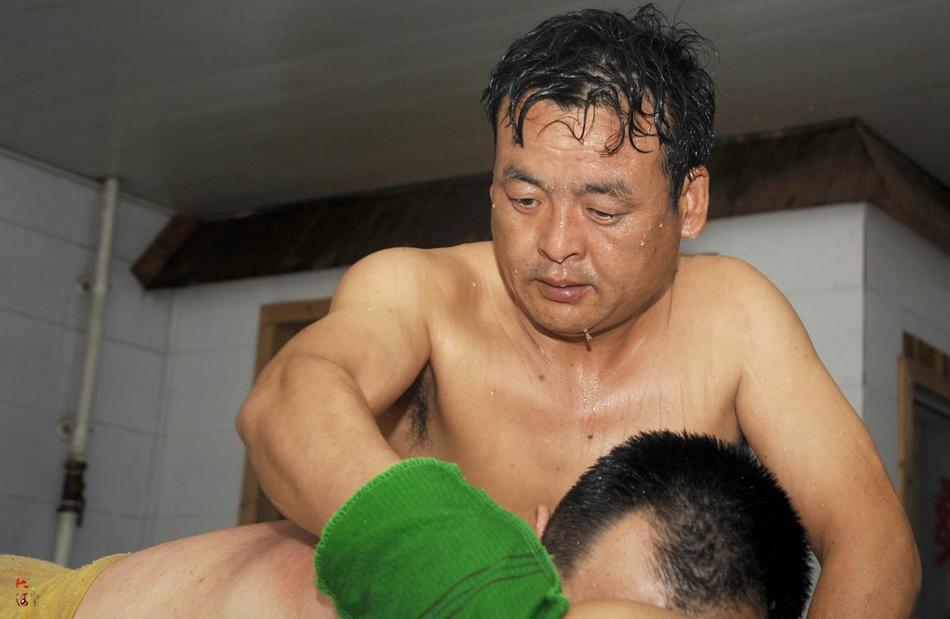 ,他就在附近的澡堂给洗澡的人搓背,搓一个人五块钱,周六周日图片
