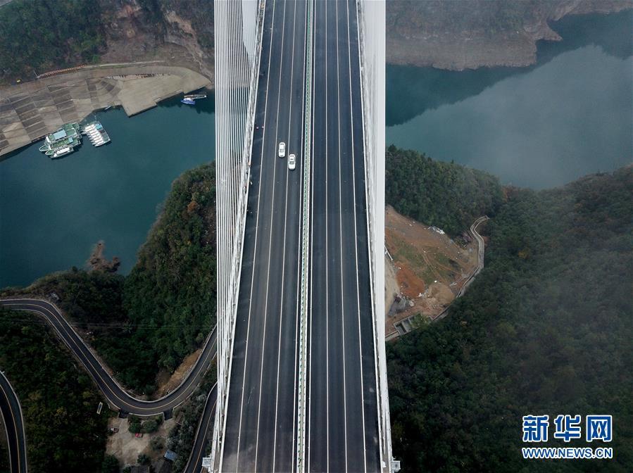 月2日,车辆在兰海高速遵贵扩容工程一座大桥上行驶.当日,兰海