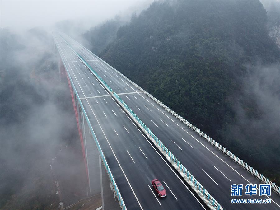 月2日,车辆在兰海高速遵贵扩容工程道路上行驶. 当日,兰海高速