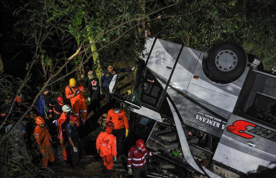 印尼一辆载学生的大巴坠入峡谷 已有22人遇难