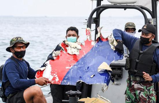 外媒:印尼客机或在撞击海面后断裂