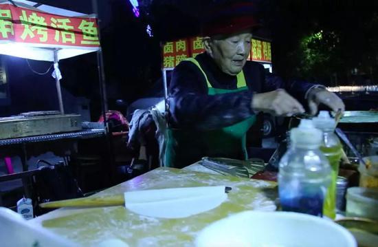 郑州94岁煎饼奶奶火了,一句话惊醒无数年轻人!