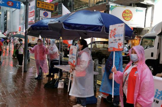 [高德注册]疾香港人街头高德注册签名力撑港图片