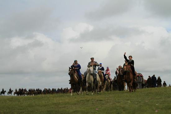 鄂温克族自治旗成立六十周年庆祝大会暨那达慕大会演职人员表演现场