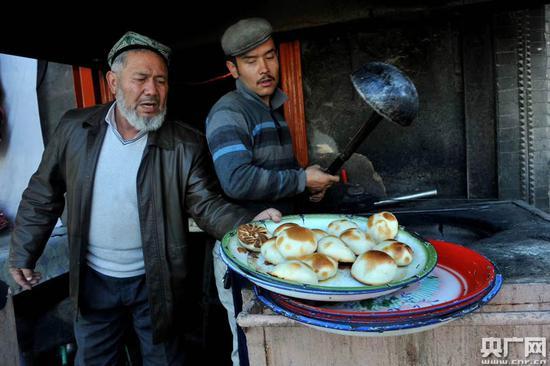 新疆美食烤包子出坑了,快来品尝(张已摄)