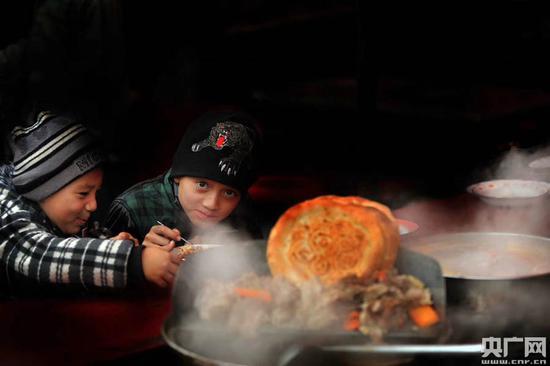 品尝美食的维吾尔族小朋友(张已摄)