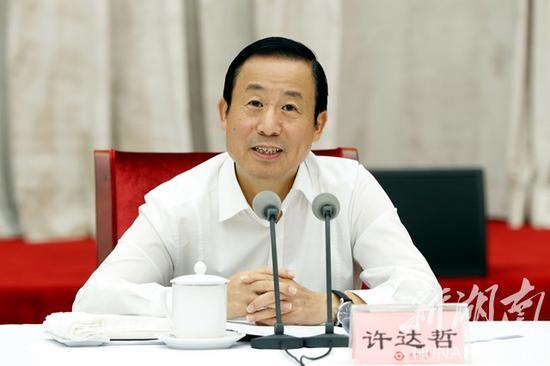 (中共湖南省委副书记、省长许达哲通报今年以来全省经济社会发展情况和下阶段工作安排。)