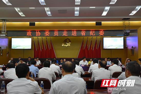 9月25日上午,在湖南省政协主席李微微的带领下,50余名省政协委员及部分市县政协委员走进省纪委。