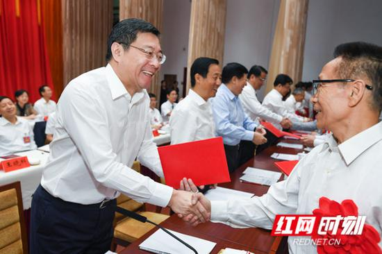 开幕式上,表彰了湖南省第十三届哲学社会科学优秀成果和第六届优秀社科专家、第四届优秀青年社科专家。