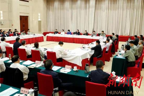 10月10日上午,省委军民融合发展委员会第一次全体会议在长沙召开。