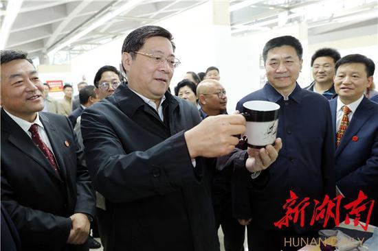 今天下午,省委书记杜家毫在湖南师大美术学院了解学生制作的文创产品。