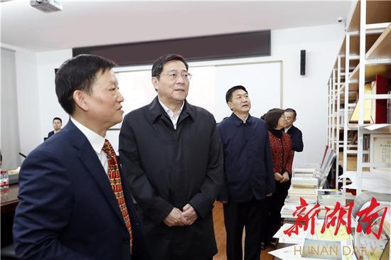 杜家毫在湖南师大历史文化学院考察特色学科建设和科研情况。
