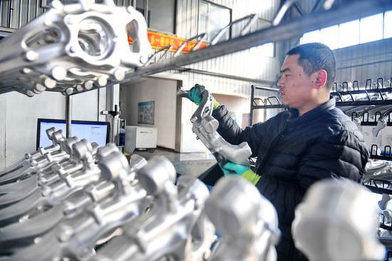 吉林通用机械公司工人在检查零件(2019年2月11日摄)。新华社记者 张楠 摄