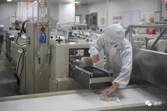 工作人员在盐津铺子食品股份有限公司包装车间内工作。 新华社记者 薛宇舸 摄