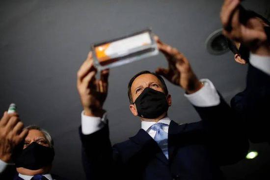 (圖說:10月21日,巴西圣保羅州州長多利亞在巴西利亞的一場發布會上向媒體展示科興新冠疫苗/圖源:路透社)