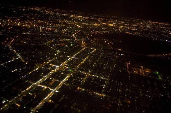 伊朗深夜空袭警报骤响,客机临时改道,官员回应