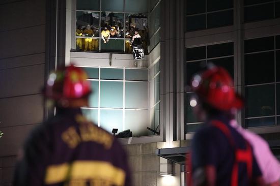 美国2名囚犯监狱内纵火致12人伤 多数牢房被烧毁