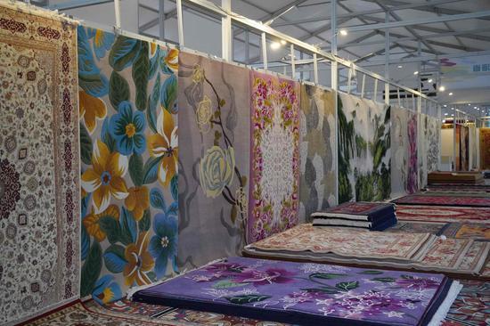 △第18届中国(青海)藏毯国际博览会上展出的藏毯。(总台央广记者潘毅拍摄)