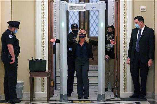 美国国会新装金属探测器 议员带枪硬闯被拦下