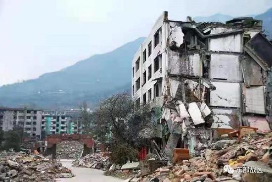 13年前地震中被解放军救下的男孩,参军了图片