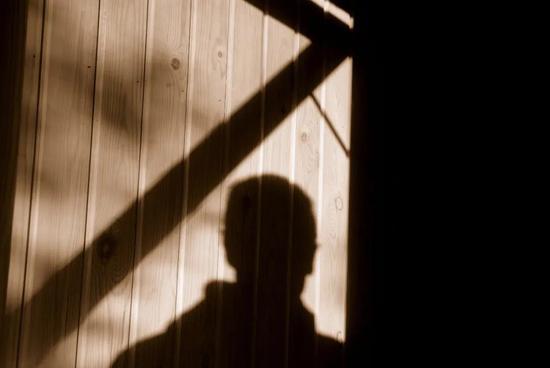 江苏12岁少女遭继父性侵4年!母亲发现后怒报警