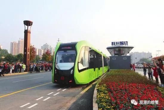 株洲市神农大道,全球首列智轨列车上路试运行。