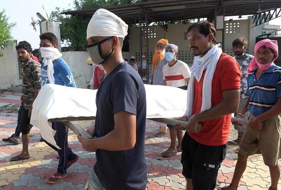 印度一村庄11人喝假酒后死亡 多人生病