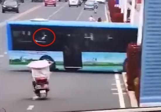 关键4秒仍是谜!贵州坠湖公交司机最后影像曝光