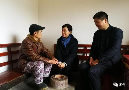 省政协主席李微微来到邵阳县白竹村看望慰问贫困群众。湖南日报记者陈昂昂摄