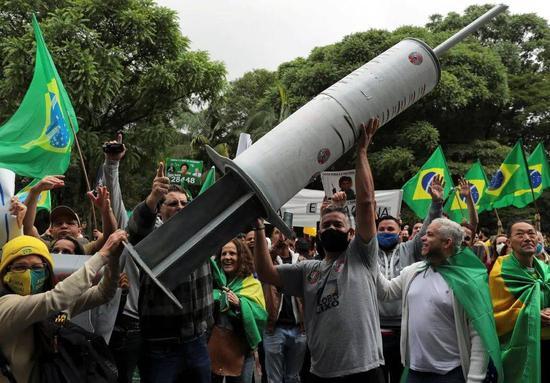 (圖說:11月,志愿者死亡事件發酵,圣保羅發生了一場抗議科興疫苗的示威活動/圖源:路透社)