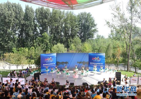 """7月21日,演职人员在""""海南日""""活动上表演。 新华社记者 张晨霖 摄"""