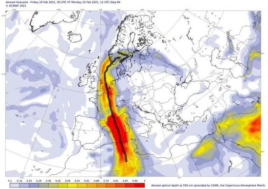 ◀产品图显示,部分来自撒哈拉沙漠的灰尘(沿箭头深灰色区域)还可能延伸到挪威和瑞典的南部。来源:ECMWF