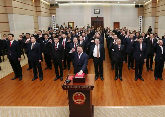 12月4日上午,省政府举行国家工作人员宪法宣誓仪式,76名省政府任命的国家工作人员集体向宪法宣誓。