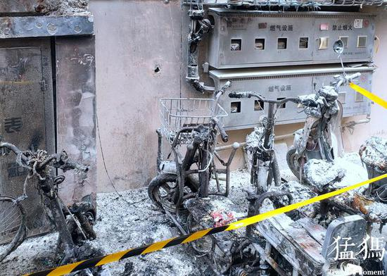郑州一小区因飞线充电引发火灾 4辆电动车被烧成骨架