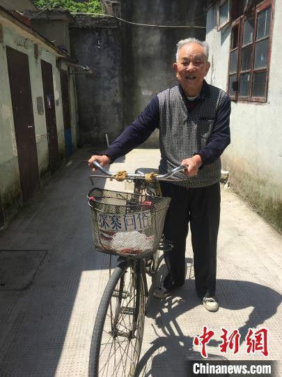 八旬老人傅才法和他的自行车。 张学敏 摄