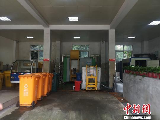 杭州某小区内的垃圾分类措施。 张煜欢 摄