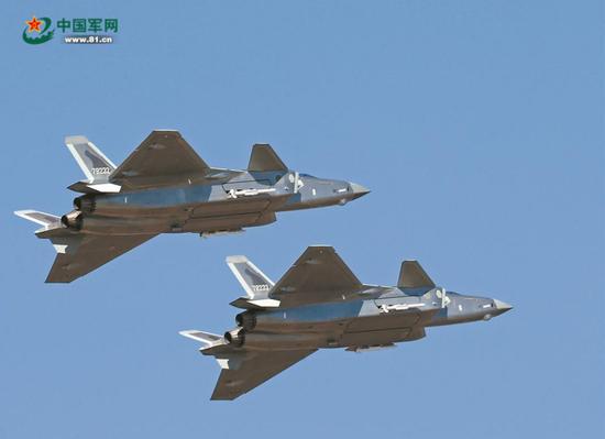 歼-20带弹亮相珠海航展。本文图片来源:中国军网、 @空军发布和航空工业官方微信。
