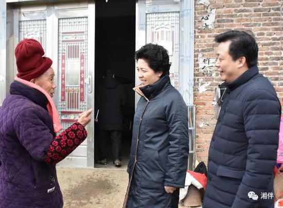 省委副书记乌兰在涟源市桂花村贫困群众陈霞梅家中走访。湖南日报记者贺威摄