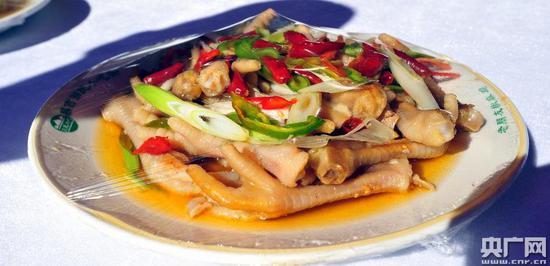新疆美食椒麻鸡(记者罗成摄)