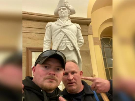 美国两名警察暴力闯国会被捕 曾被拍到在雕像前合影