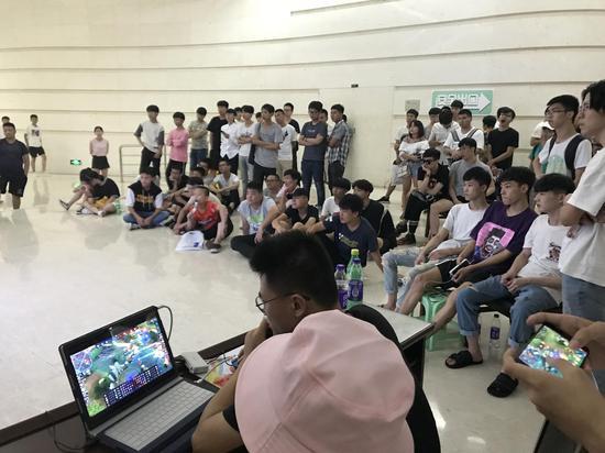 有的小伙伴看到比赛如此激烈也按捺不住心里躁动的心掏出手机现场玩了起来